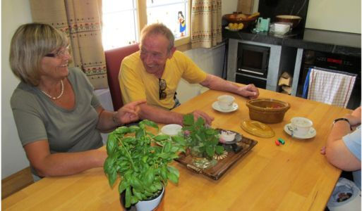 13-plausch-in-der-kueche-ferienhaus-senioren-betreut-hauspflegeservice